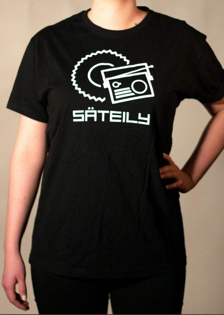 Musta t-paita radion kuvalla edestä