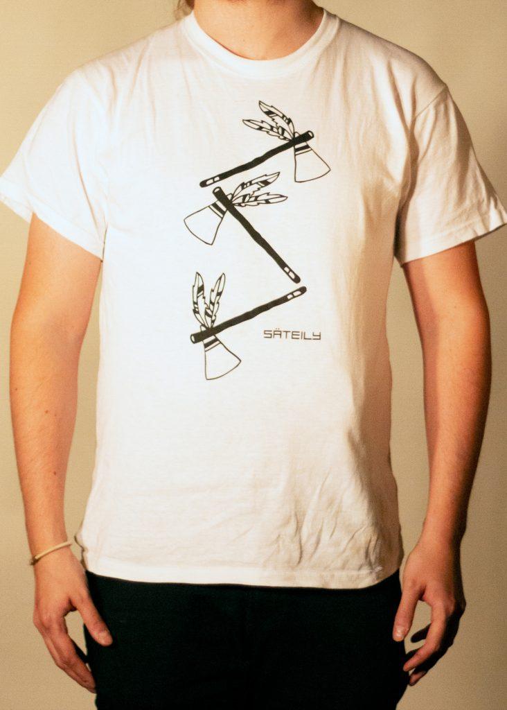 Valkoinen t-paita tomahawk teemalla edestä