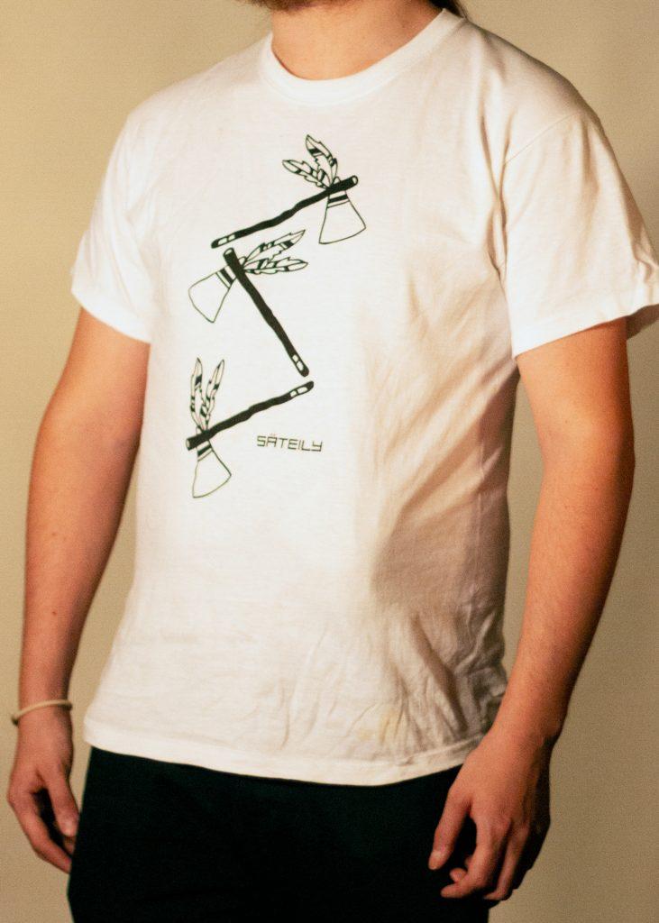 Valkoinen t-paita tomahawk teemalla sivusta