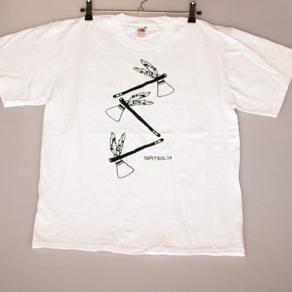 Valkoinen t-paita tomahawk teemalla ripustettuna